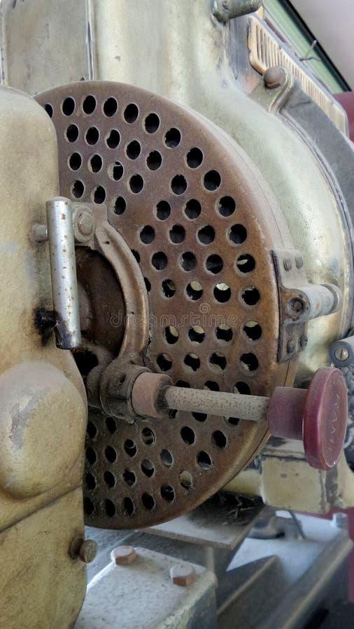 Den gamla filmprojektorn i ett antikt shoppar i Thailand royaltyfri bild