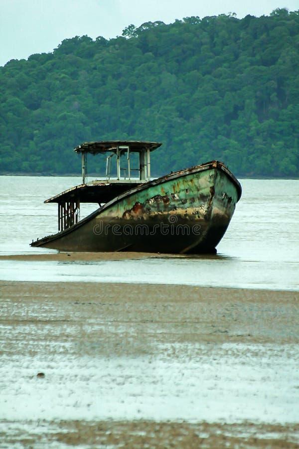 Den gamla fiskebåten kollapsade i havet royaltyfria bilder