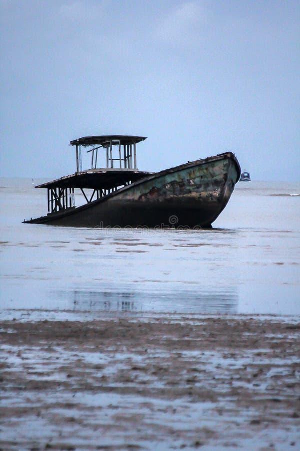 Den gamla fiskebåten kollapsade i havet royaltyfri bild
