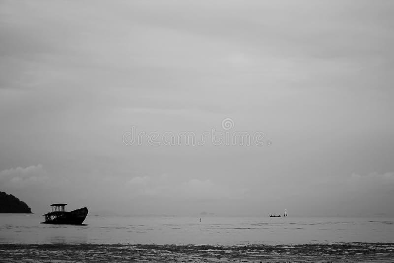 Den gamla fiskebåten kollapsade i havet royaltyfri fotografi