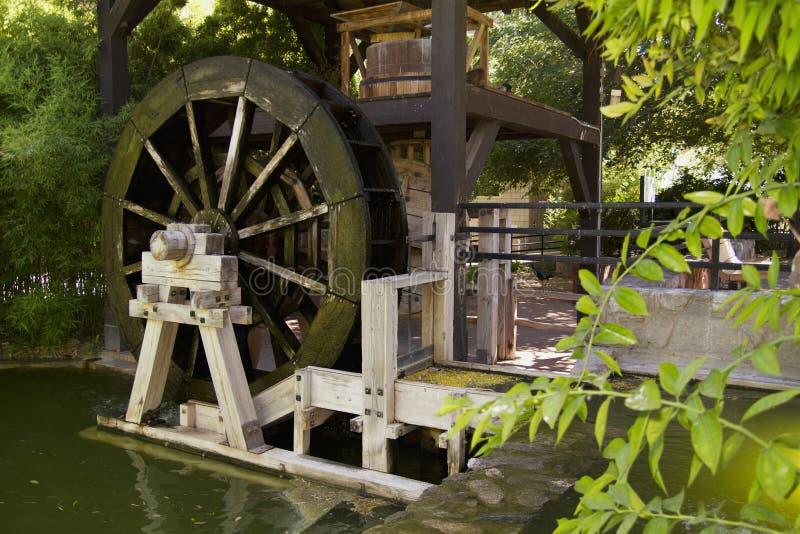 Den gamla floden maler vattenhjulet arkivfoton