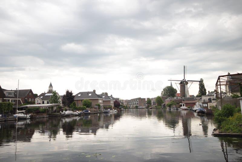 Den gamla forntida väderkvarnen längs gammal Rhen för floden i stad av Bodegraven whch blev ölbryggeriet fotografering för bildbyråer