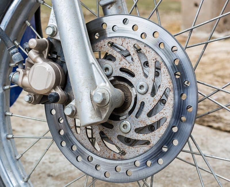 Den gamla framhjuldelen av en motorcyle arkivfoto