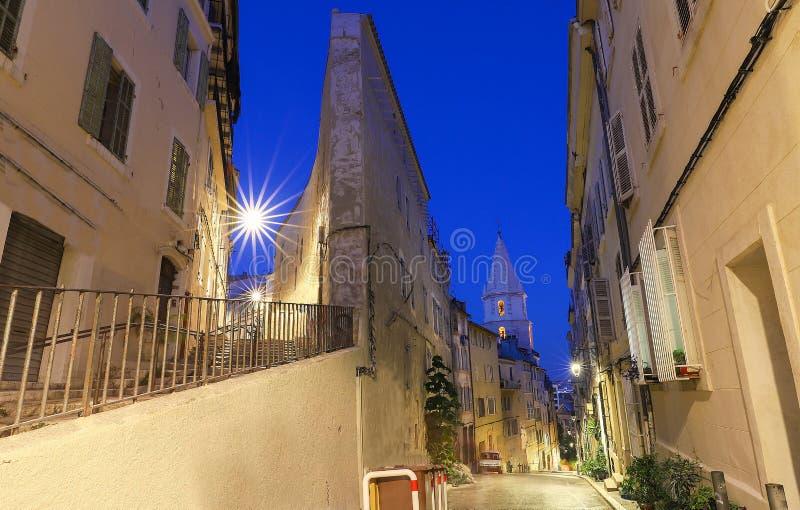 Den gamla gatan i den historiska fjärdedelen Panier av Marseille i södra Frankrike på natten royaltyfri bild