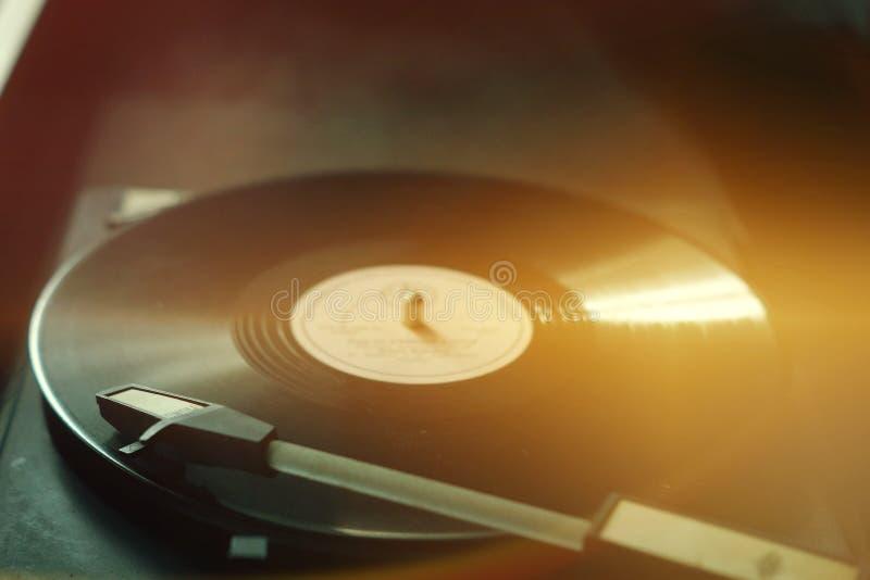 Den gamla grammofonen royaltyfri bild