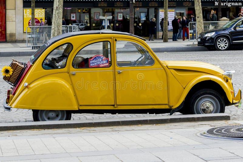 Den gamla gula Citroenen 2CV arkivfoto