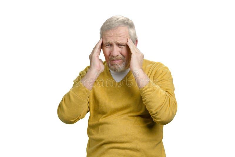 Den gamla höga mannen har ruskig huvudvärk arkivbilder