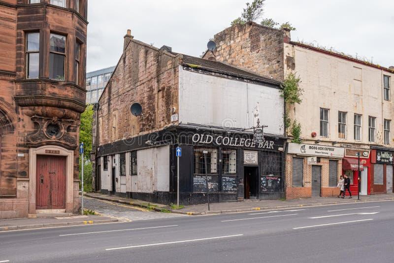 Den gamla högskolastångtanken som är den äldsta baren i Glasgow royaltyfria foton