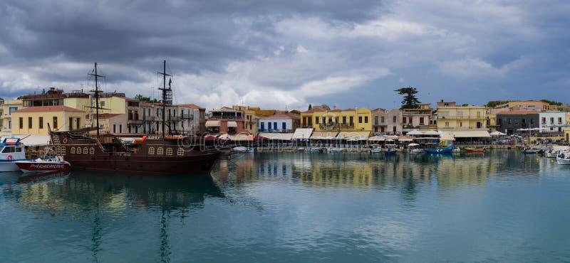 Den gamla hamnen i staden av Rethymnon royaltyfri foto
