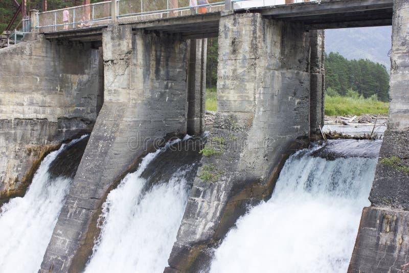 Den gamla hydroelektriska stationen Ryssland Sibirien, Altai, Chamal arkivbilder