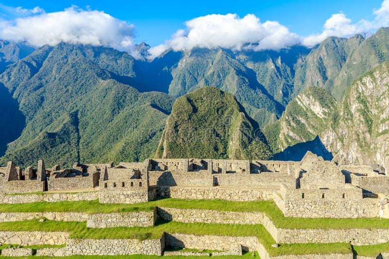 Den gamla incaen fördärvar och omgeende berg, Machu Picchu, den Urubamba provncen, Peru royaltyfria foton