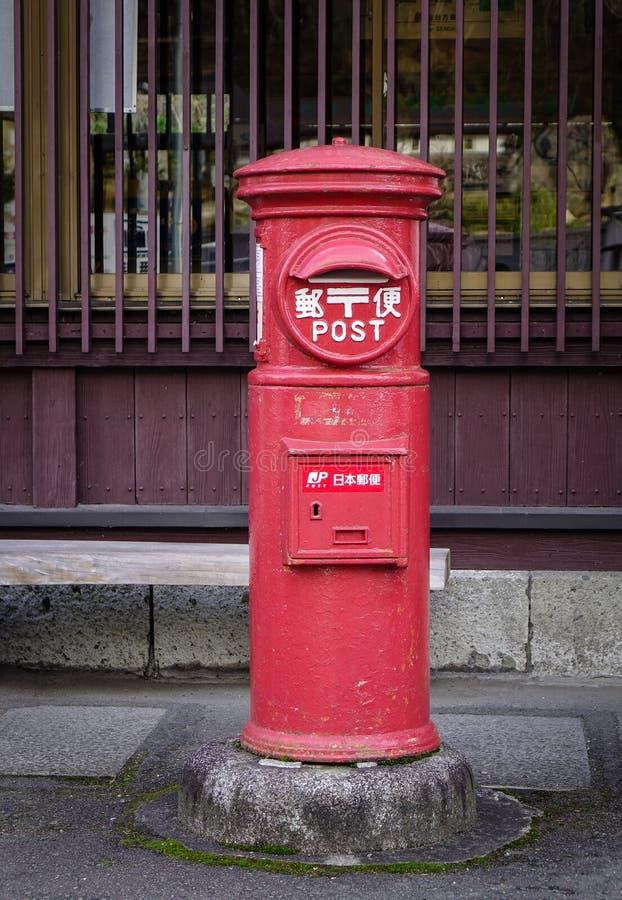 Den gamla japanska postboxen står bredvid en gata fotografering för bildbyråer