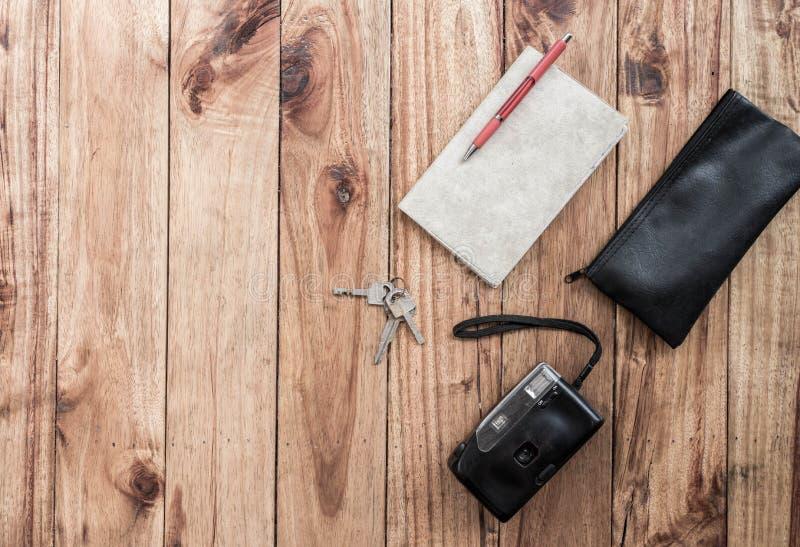 Den gamla kameran och boken på träskrivbordet, lopp, turnerar, turismbegreppet, den bästa sikten, fritt utrymme för design arkivfoton