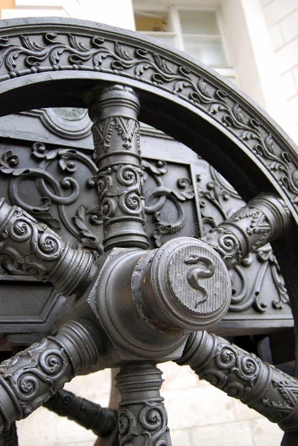 Den gamla kanonen rullar in MoskvaKreml Rome Italien, Europa royaltyfri bild