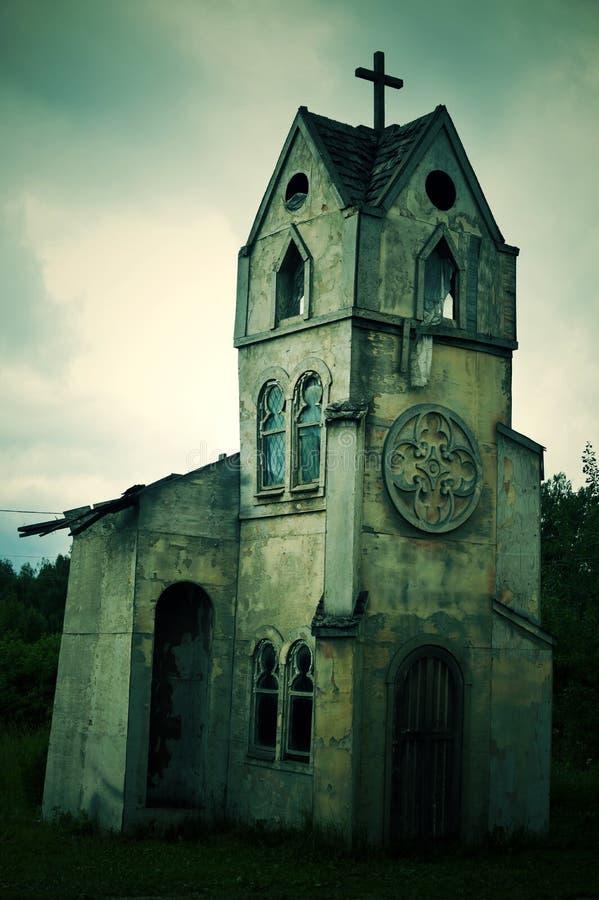 Den gamla kastade kyrkan i den öde europeiska staden royaltyfria foton