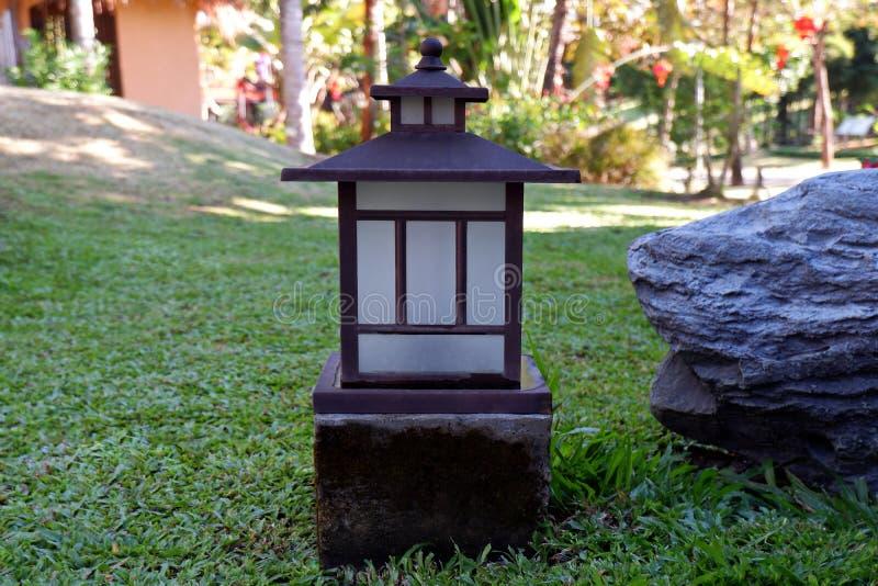 Den gamla kinesiska lampan i trädgården royaltyfria foton