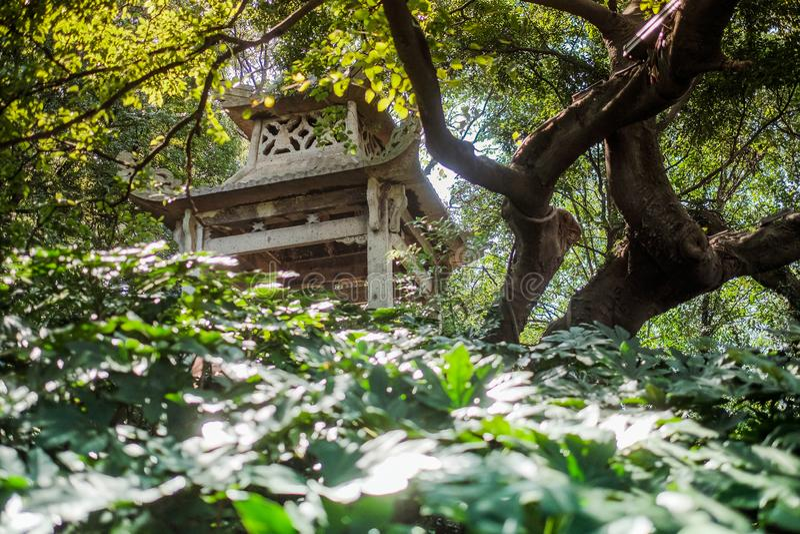 Den gamla kinesiska paviljongen i staden parkerar arkivbilder
