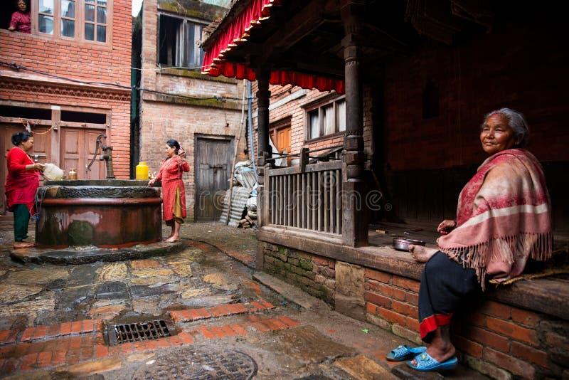 Den gamla kvinnan i staden Bhaktapur royaltyfri fotografi