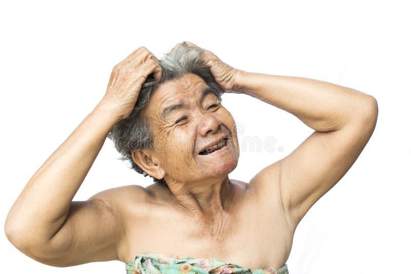 Den gamla kvinnan klädde med filt mycket ångest om förlust och att klia för hår mjällfrågan arkivbilder