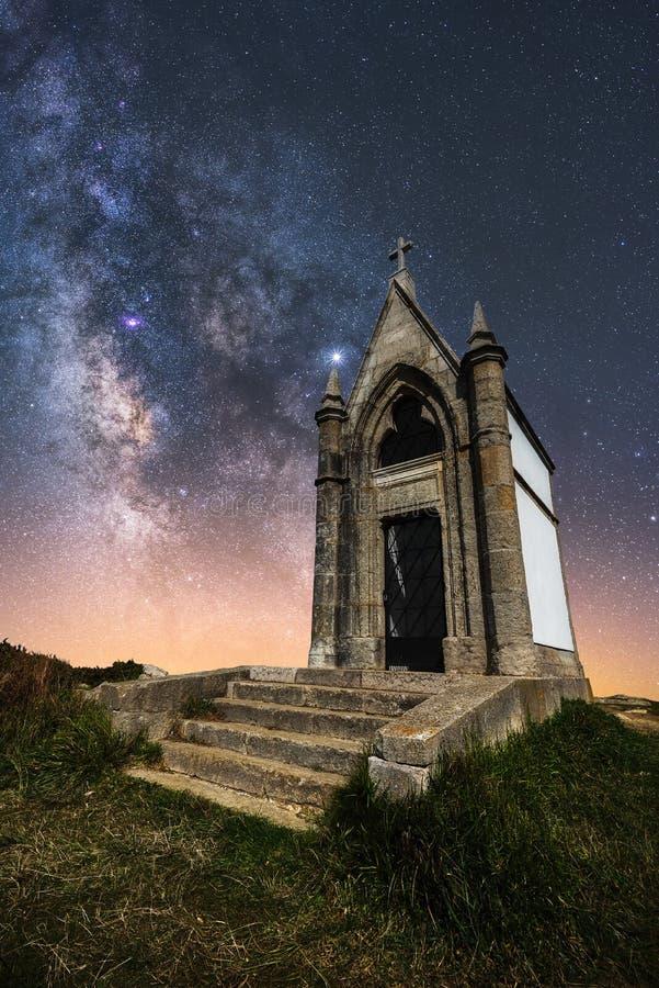 Den gamla kyrkan med Milky Way i himlen arkivfoto