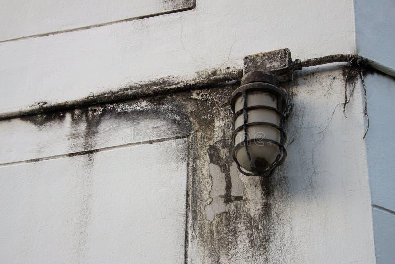 Den gamla lampstolpen av på väggen royaltyfri fotografi