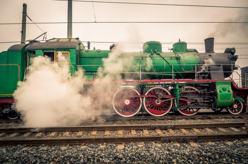 Den gamla lokomotivet för ångamotorn förbereder sig att starta rörelse royaltyfri bild
