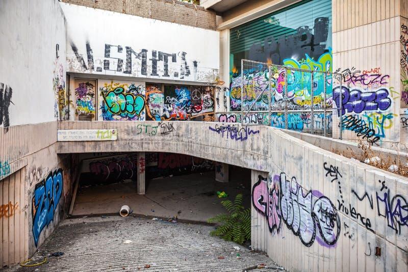 Den gamla mitten av Limassol målade all med grafitti royaltyfria foton