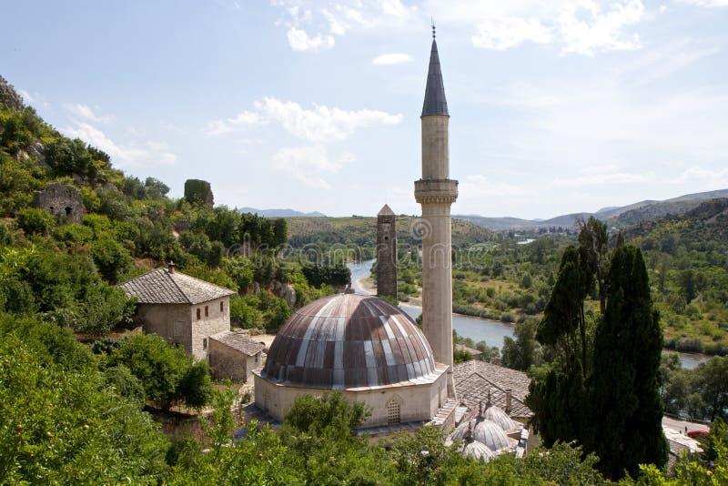 Den gamla moskén och Neretva floden beskådar uppifrån av Pocitelj, Bosnien och Hercegovina arkivbild