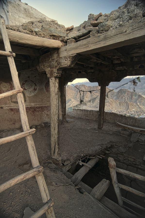Den gamla och övergav Leh slotten från inre royaltyfri fotografi