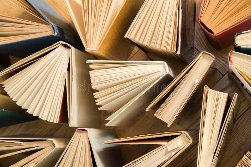 Den gamla och använda inbundna boken bokar, textböcker som ses från ovannämnt på woode royaltyfria foton