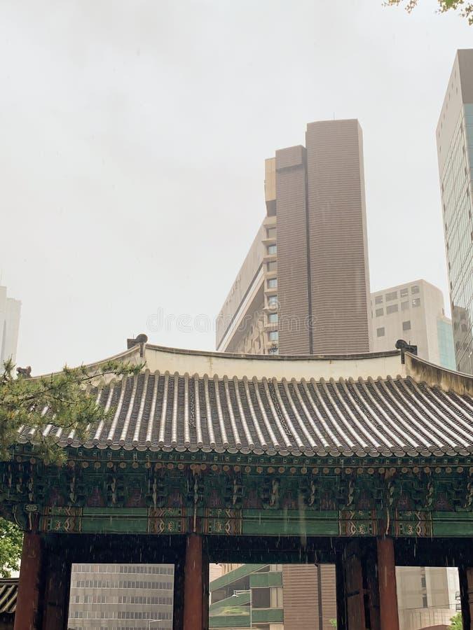 Den gamla och nya stadsbakgrunden royaltyfri bild