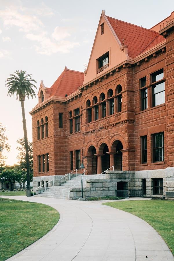 Den gamla orange st?ndsm?ssiga domstolsbyggnaden, i i stadens centrum Santa Ana, Kalifornien royaltyfria bilder
