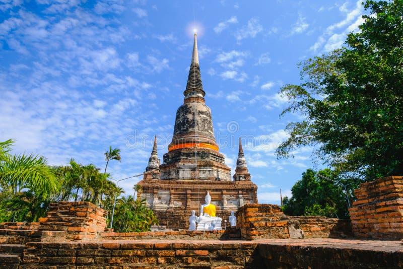 Den gamla pagoden med bakgrund för blå himmel på den Wat Yai Chai Mongkhon Old templet i historiska Ayutthaya parkerar Thailand fotografering för bildbyråer