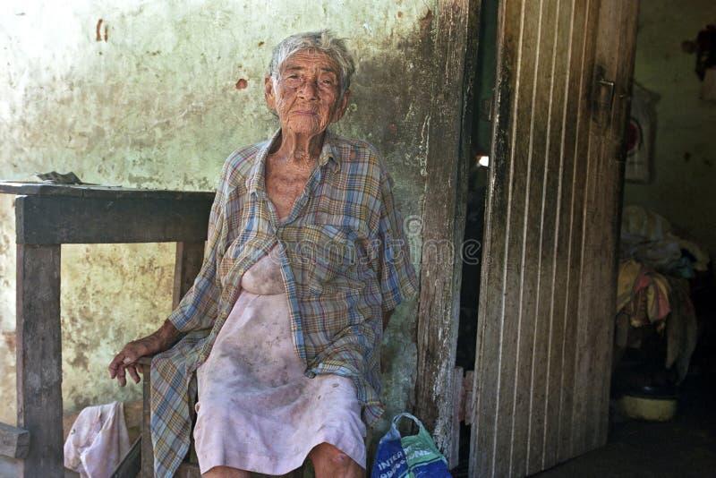 Den gamla paraguayanska kvinnan bor i stort armod arkivfoto