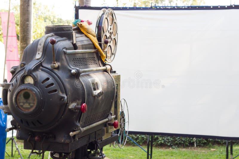 Den gamla parallella roterande filmfilmprojektorn fotografering för bildbyråer