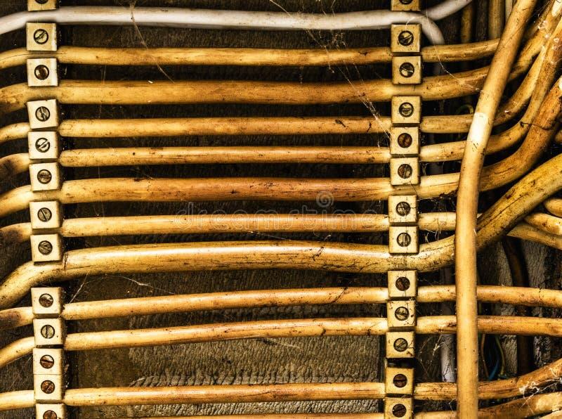 Den gamla parallellen lade elektriska kablar, abstrakt bakgrund arkivfoto