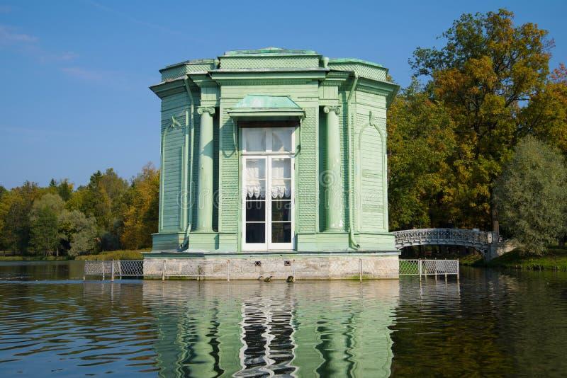 Den gamla paviljongen av Venus i den Gatchina slotten parkerar royaltyfria bilder