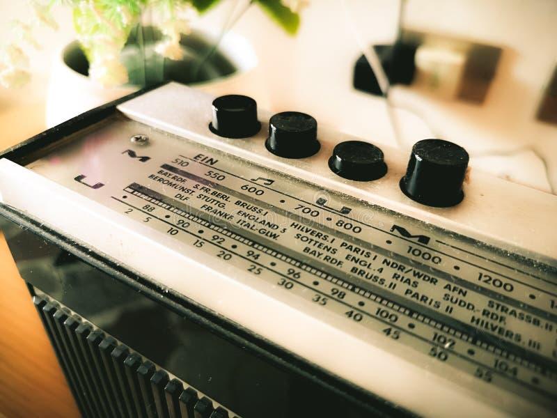 Den gamla radion sätter band på antika retro radiovågor arkivbilder