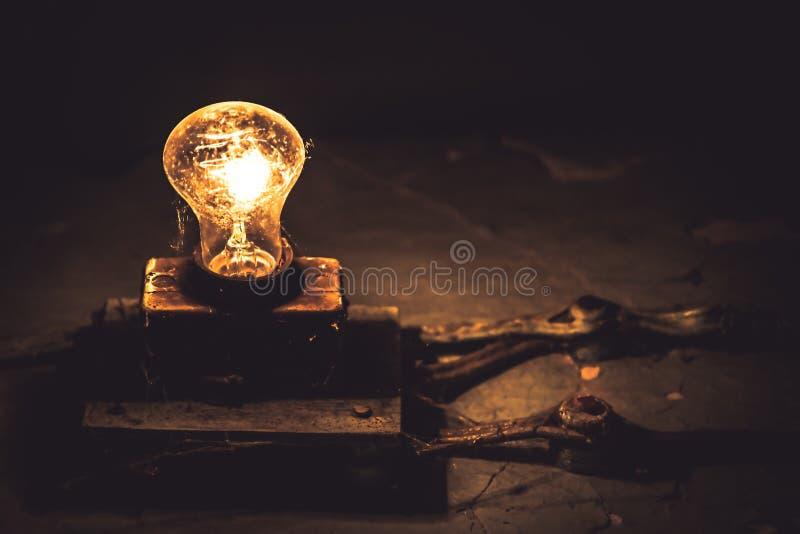 Den gamla rengöringsduken för ljus kula för tappning bleknar ut för utrymmebegrepp för mörk kopia teknologi för besparing för mak royaltyfria foton