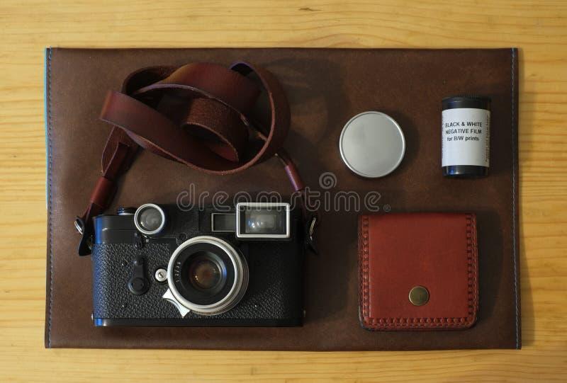 Den gamla retro kameran p? tappningtr?br?den g?r sammandrag bakgrund royaltyfri fotografi