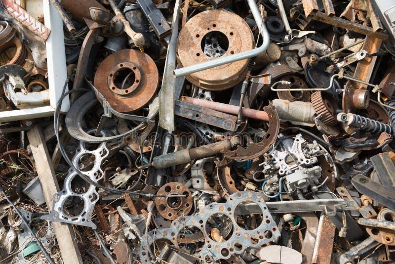 Den gamla rostiga anfr?tta bilen s?rar i bilskrotupplag Bil?tervinning Haverera maskineri väntar delar på återanvänt eller att va royaltyfria foton