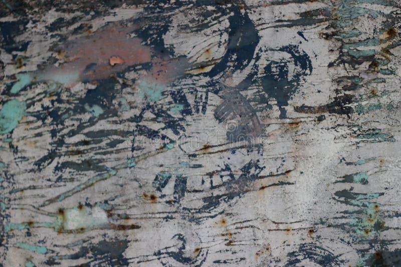 Den gamla rostiga metalldörren med sprickor, rost och lossar smutsig textur för stycken arkivfoton