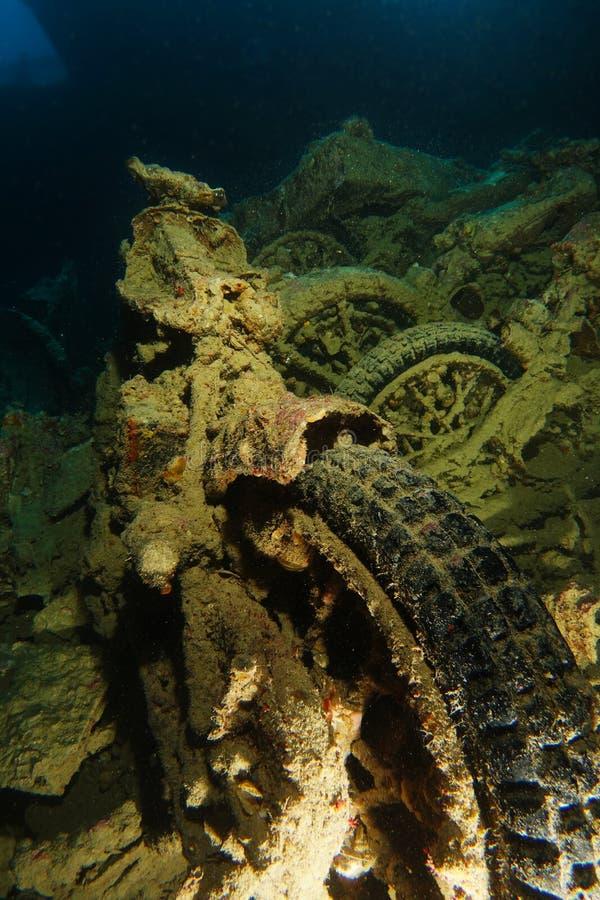 Den gamla rostiga motorcykeln inom haverinamnet är SS Thistlegorm arkivbild