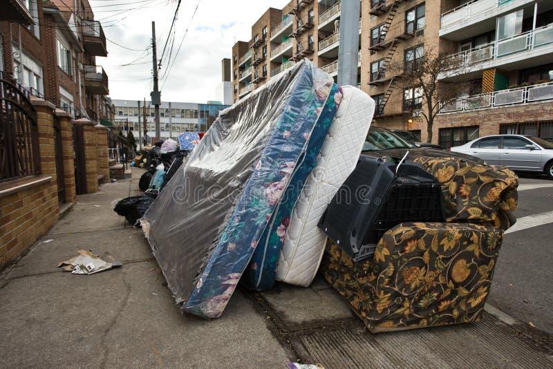 Den gamla säng och madrassen dumpade längs gatan arkivbilder