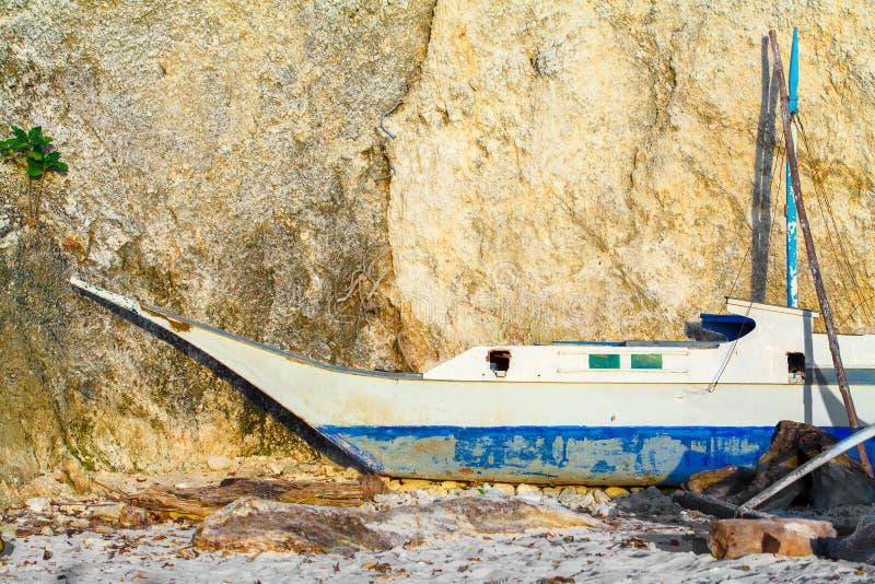 Den gamla segelbåten på reparation nära tropiskt vaggar Filippinerna royaltyfri fotografi