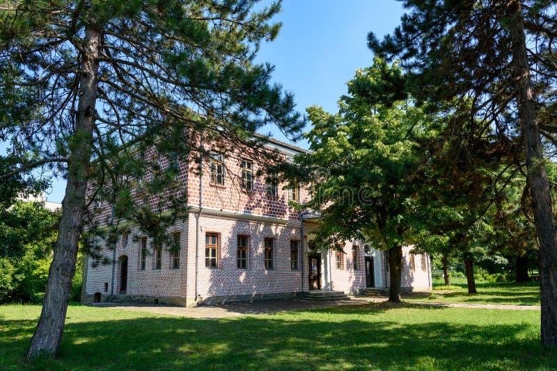 Den gamla Slaveykov skolan i Targovishte, Bulgarien royaltyfri fotografi