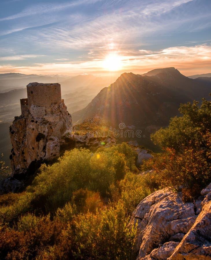 Den gamla slotten som stirrar på nedgång` s, färgar: Solnedgång som dagen före tas i den franska Cathare regionen den sista månef royaltyfria bilder