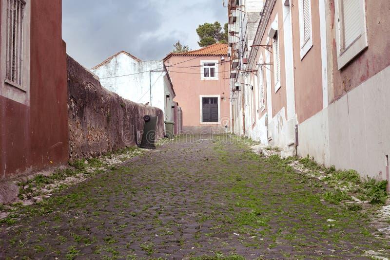Den gamla smala gatan med det gamla huset royaltyfria bilder
