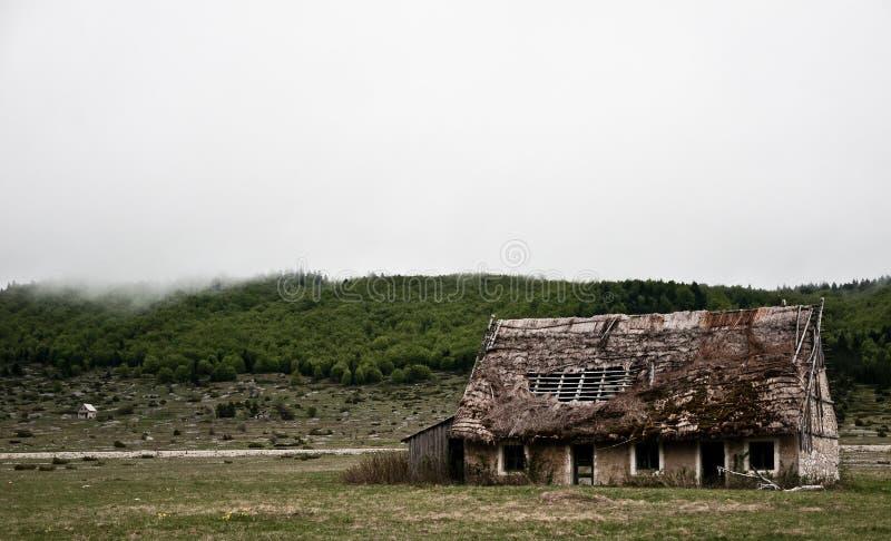 Den gamla spöklika läskiga fasan övergav huset i en mitt av ingenstans royaltyfri fotografi