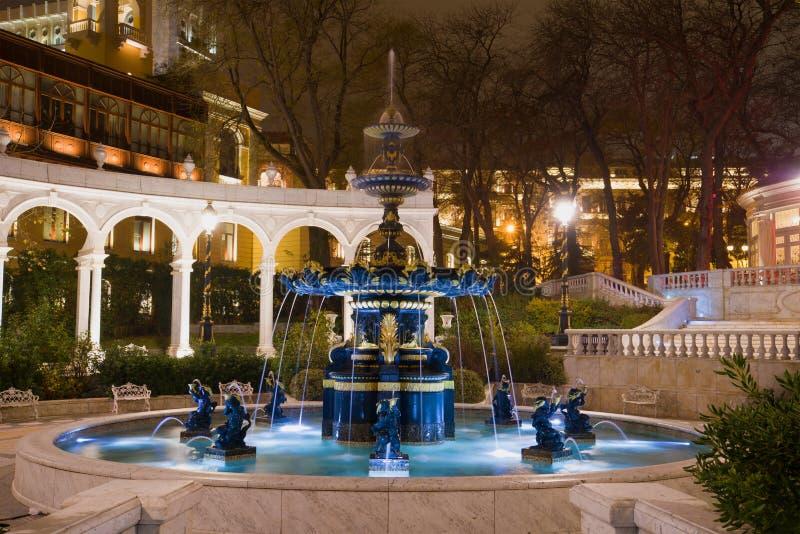Den gamla springbrunnen i de tidigare regulatorerna parkerar Vahids parkerar i nattbelysning Baku Azerbajdzjan fotografering för bildbyråer